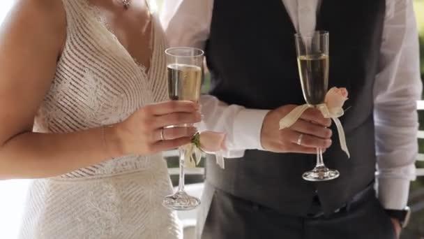 Braut und Bräutigam bei der Party mit Champagnergläsern