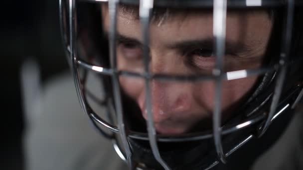 Detail brankáře hokejista v ochranné přilbě při pohledu na fotoaparát. Tvář brankář v očekávání nepřítele