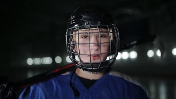 Cu portrét kavkazských mužů hokejista v modrých uniformách, při pohledu do kamery