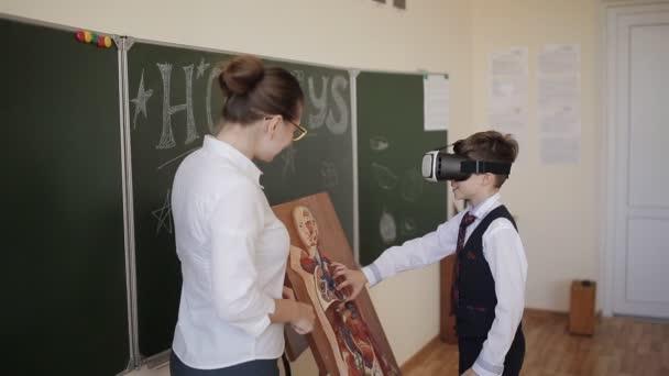 Junge Studentin im Biologieunterricht untersucht die Struktur des Menschen in der virtuellen Realität