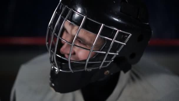 Brankář hokejový brankář čekání na nepřítele stojí u brány. Brankářská helma detail
