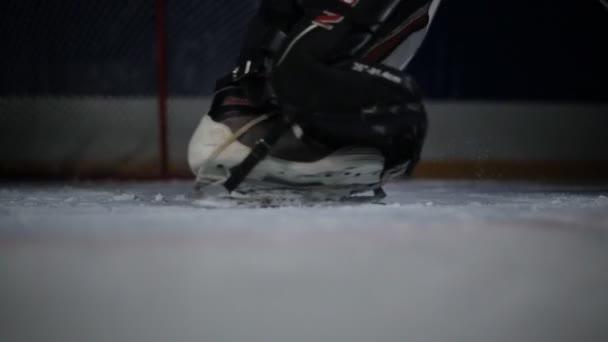 Lední hokej. Detail z hokejové brusle. Hokejový brankář nemá, brzdění na ledě. Hokejový brankář je na brány čeká na soupeře