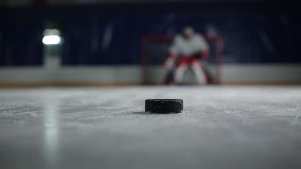 Hokejový útočník má velký záběr puk do soupeřovy brány
