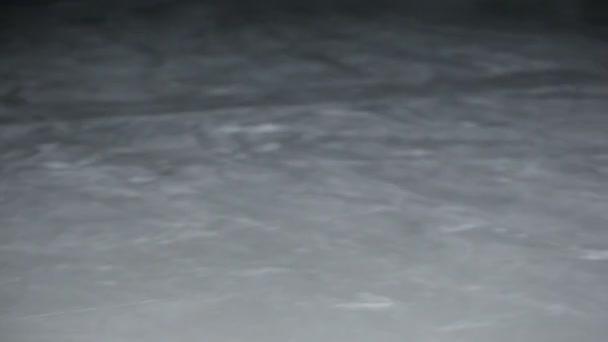 Konfrontace mezi dvěma hráči na ledové pole, schopnost přijímat a přesuňte přehrávač v červené košili