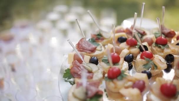 Detailní záběr z mnoha jednohubky na stůl. jednohubky na bufet, občerstvení