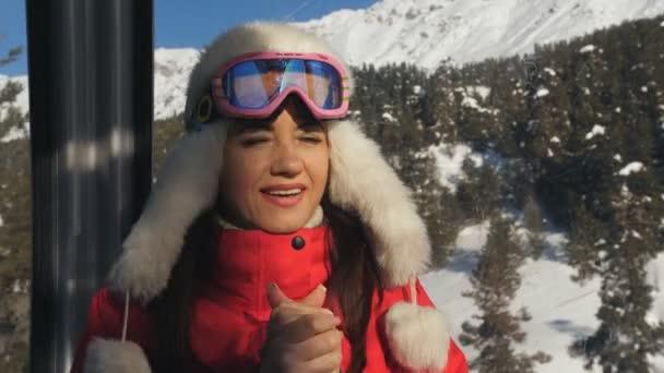 Lyžařské středisko. Detail dívky jezdí v kabině lyžařský vlek a užívat si krásné zasněžené krajiny.