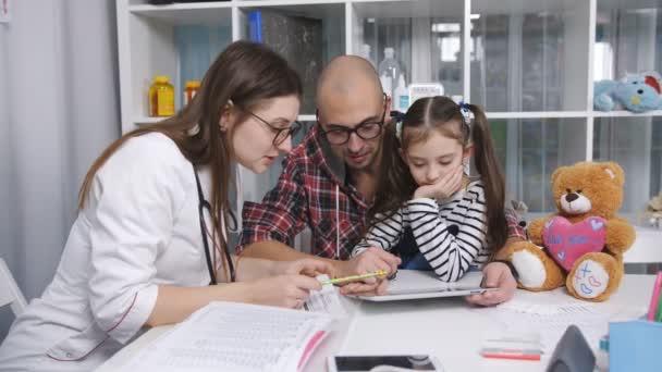 Otec se svou malou dcerou na recepci penzionu rodinný lékař na klinice