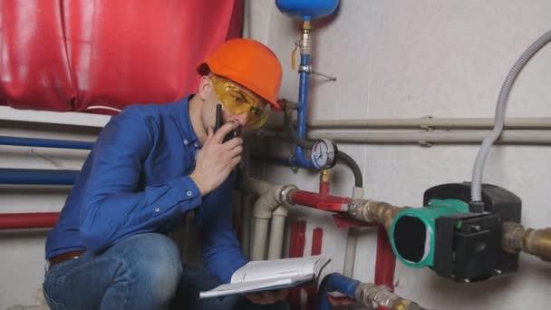 Technik zkontroluje plynový kotel
