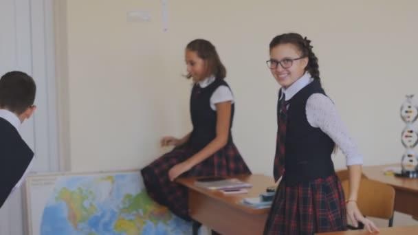 Vysokoškoláků v uniformě šťastně dojdou třída pro pauzu. Zpomalený pohyb