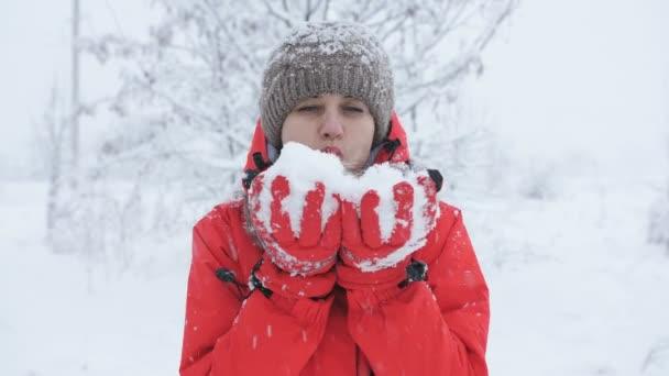 Žena, navátý sníh z rukou.
