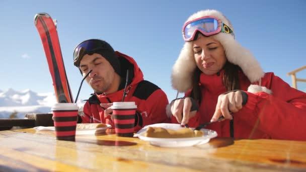 Mann und Frau im Restaurant zum Mittagessen auf einem Berg. das Skigebiet.