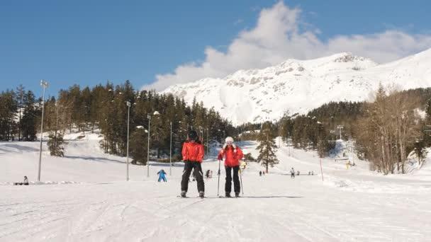ein paar Skifahrer in einem Skigebiet.