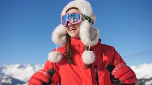 Unavená, ale šťastná žena lyžař v lyžařském středisku obdivovat krásné zimní krajiny.