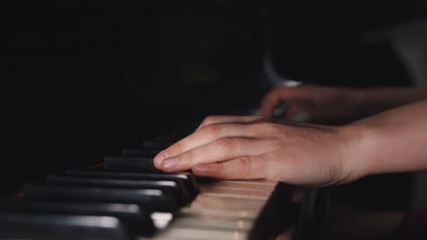 Közelről ujjak a nő zongoraművész a rozsdás zongora kulcsok, karok játszik szólóban a zene.