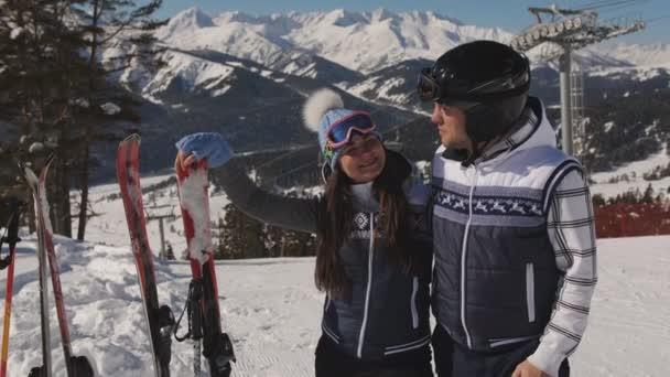 Dva lyžaři, odpočinek před dalším sestupu z hory a obdivovat zimní krajinu.