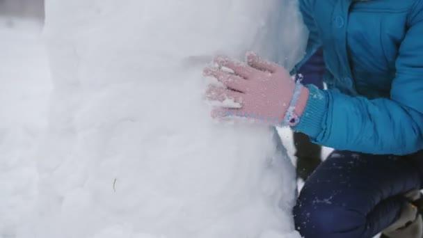 Máma a dvě dcery v zimě vydělají sněsníka, zblízka .