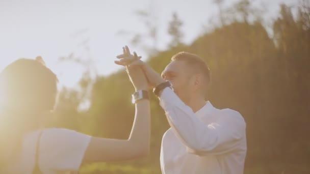 romantischer Tanz der Verliebten im Sonnenuntergang.