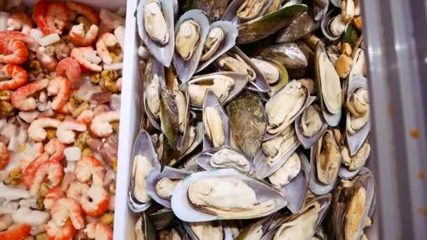 Muscheln, Garnelen und Fisch auf dem Fischmarkt.
