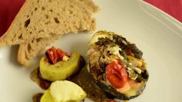 Zdravé jídlo, grilované oncorhynchus keta se zeleninou v zelené desky. HD video rotace