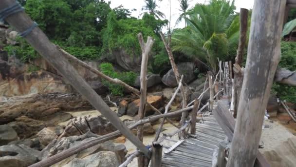 pohled na starý dřevěný bambusový most přes skály