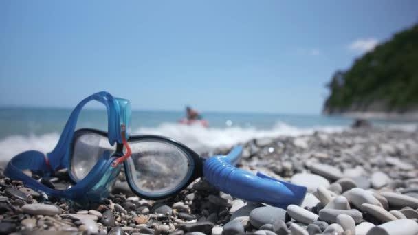 Boldog fiatal lány gyermeket fog úszni a kék tenger.