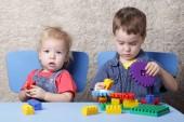 Dva roztomilý chlapec hrát lego tabulka