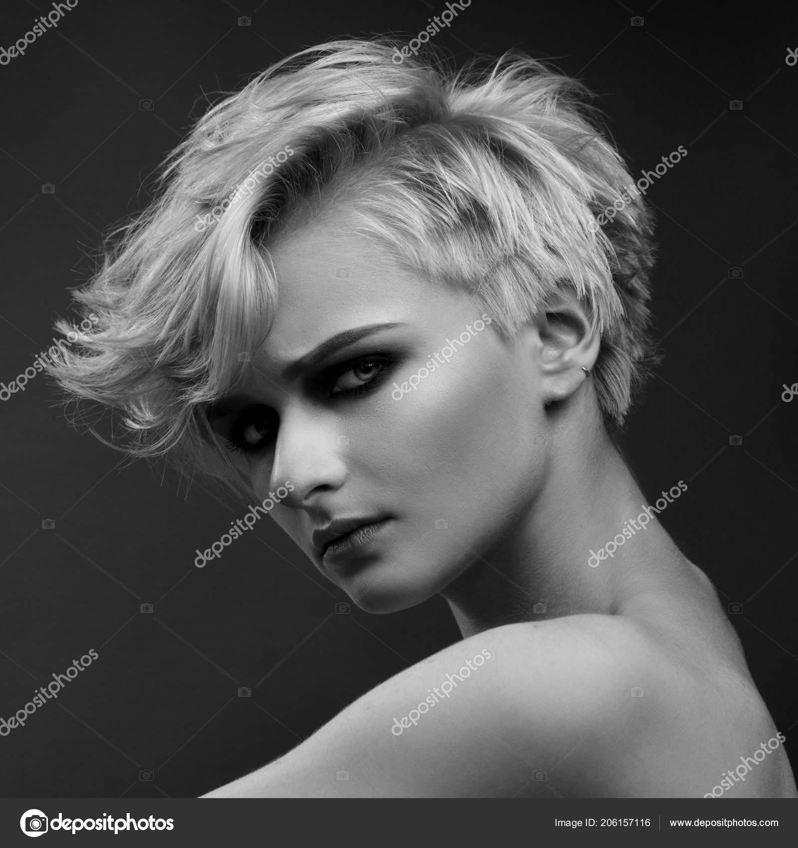 Blanco Negro Retrato Moda Mujer Rubia Con Corte Pelo Corto