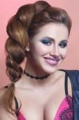 Módní portrét krása sexy dívka s kreativní make-up se leskne a pevné lanko na růžovém pozadí