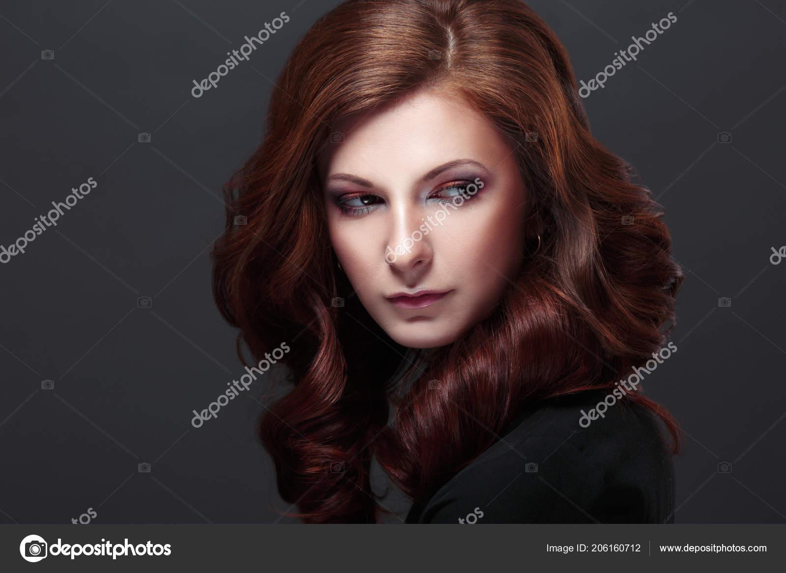 Modelo Con Pelo Largo Rizado Maquillaje Moda Peinado Sobre Fondo