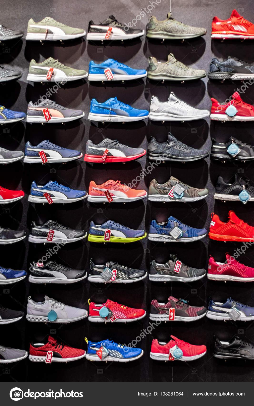 2a6877602fa64 Tienda Calzado Deportivo Zapatillas Diferentes Colores Bulgaria Varna 2018  — Foto de Stock