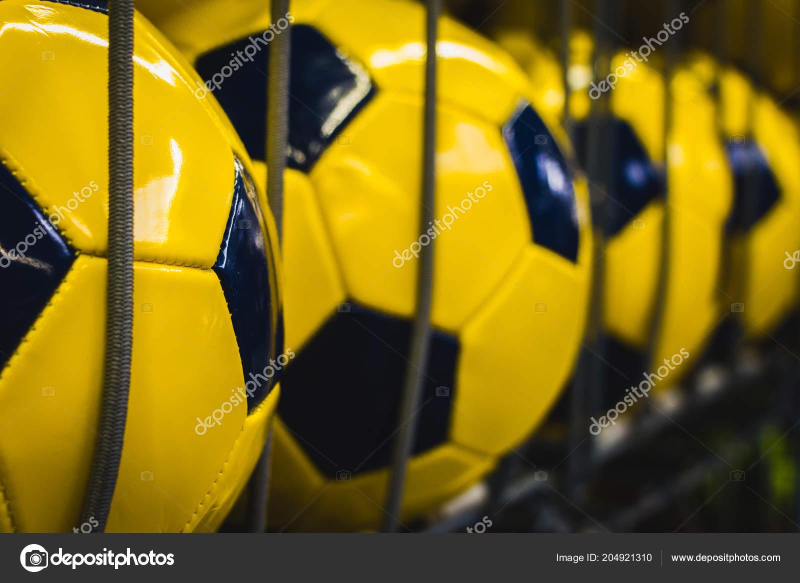 452cab120 Tienda Deporte Grupo Balones Fútbol Amarillo Nuevo — Foto de stock ...