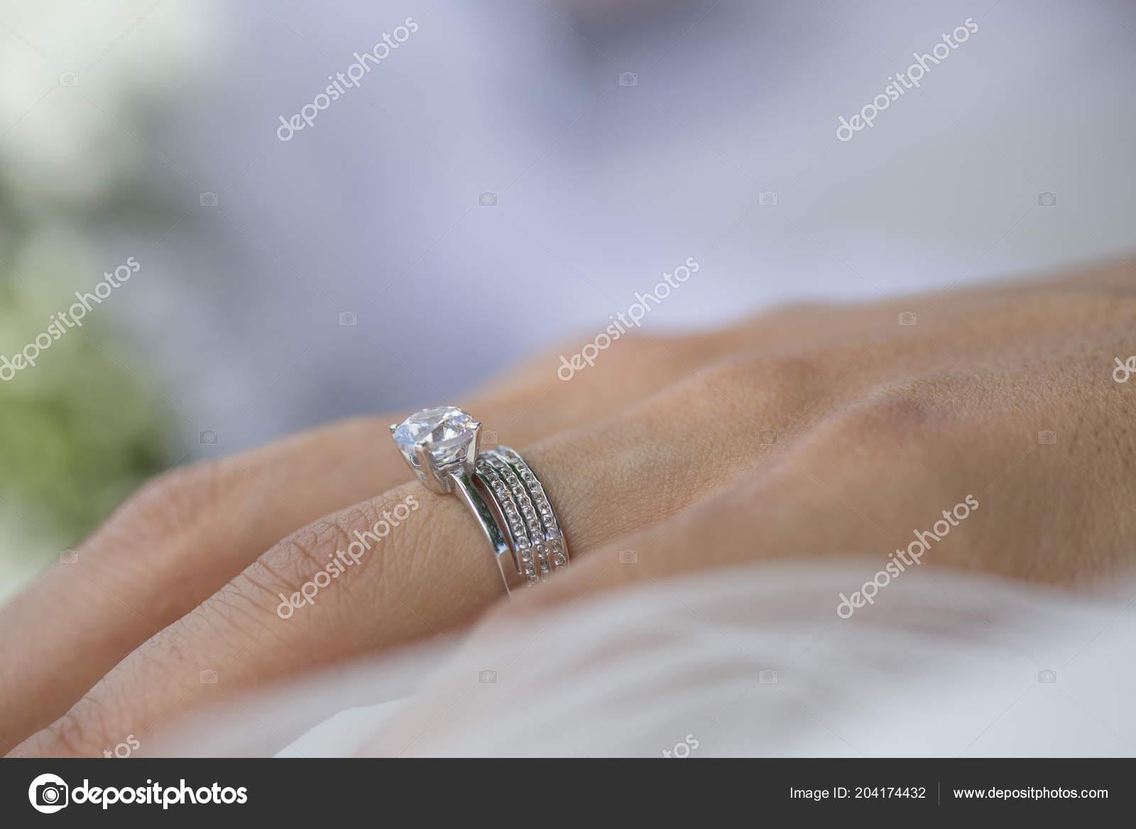 Snubni Prsten Diamond Prst Nevesty Stock Fotografie C Memedozaslan