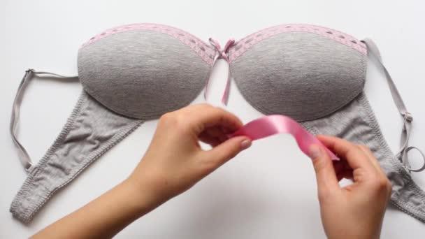 žena si růžovou stuhou v podprsence, pojem rakovina prsu