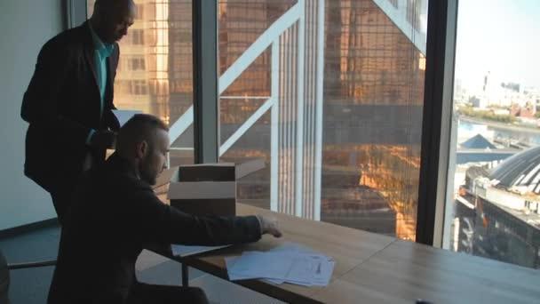 Podnikatelé, rozbalování krabice s dokumenty a vlastní položky v nové kanceláři