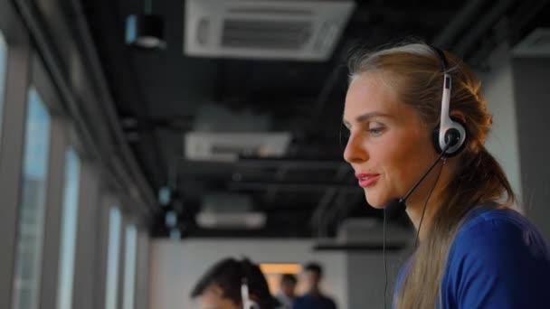 Call centrum lady zaměstnanec šťastný rozhovoru se zákazníkem