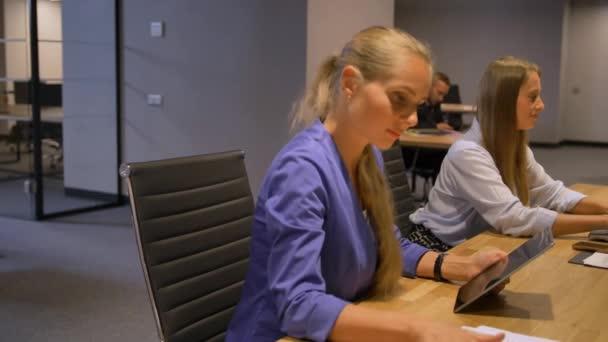 Üzleti hölgyek, a modern éjszakai Hivatal belső Ötletgyűjtés ülésén.