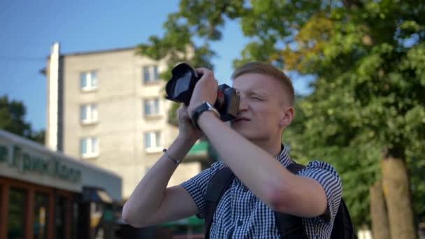 Fotograf blickt auf Sucher, um eine Attraktion zu fotografieren
