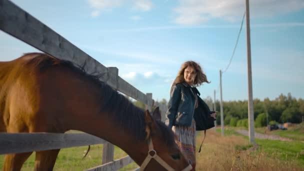 Legelő ló és táncos nő vidéken