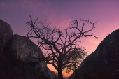 Cestování krajina na cestě ke kameni kjerag v horách kjeragbolten Norsko příroda, hory, pocit naprosté svobody na západ slunce