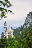 Fotografie Schloss Neuschwanstein berühmte gotische Burg in Bayern im Sommer inmitten der Berge