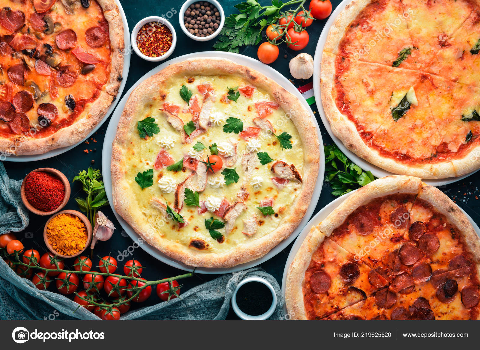 Juego Pizza Cocina Italiana Sobre Fondo Piedra Negro Espacio Copia U2014 Foto  De Stock