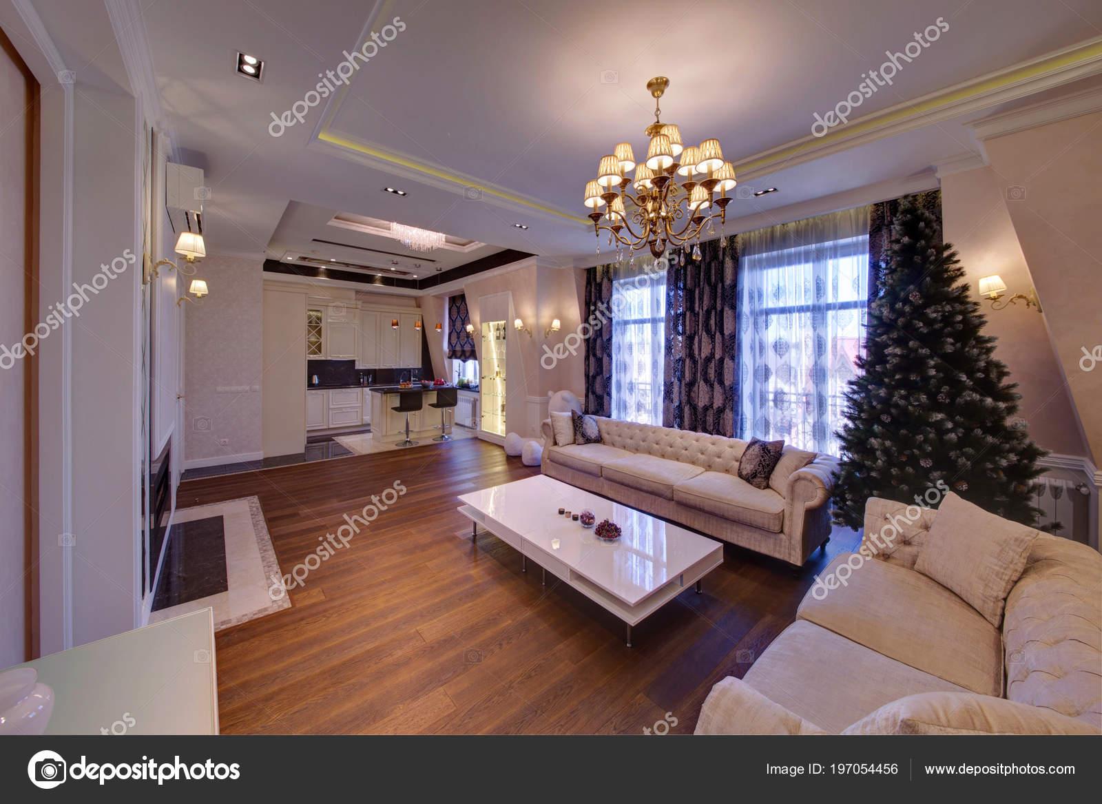 Das Geräumige Wohnzimmer Mit Hellen Möbeln Und Einem Dunklen Holzboden U2014  Foto Von Twins03
