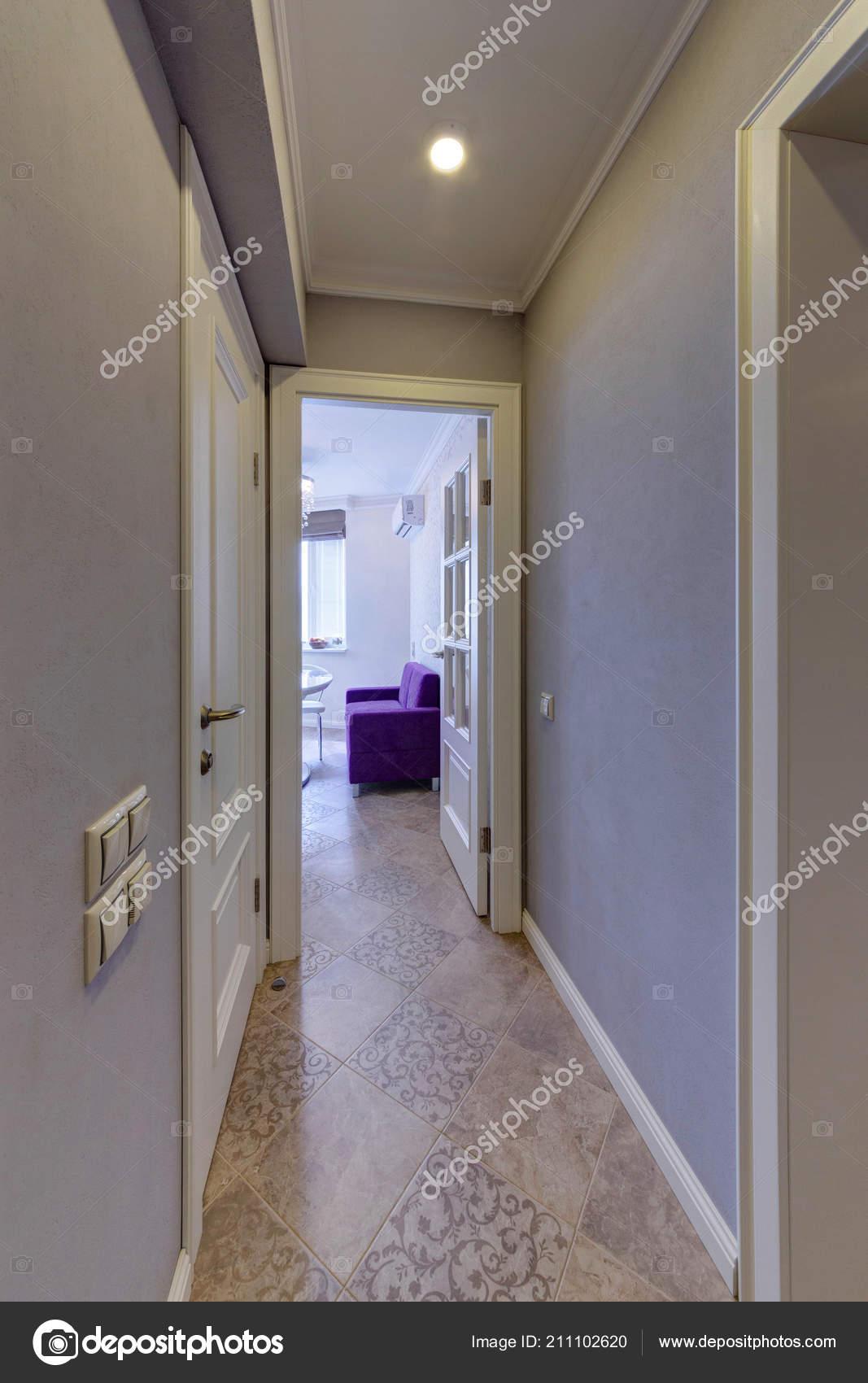 Corridoio Con Vista Cucina Con Divano Lilla — Foto Stock © twins03 ...