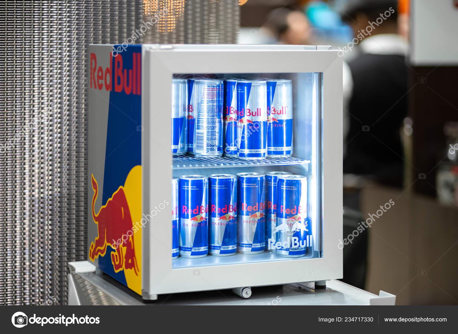 Red Bull Kuehlschrank Dose : Kiew ukraine september red bull marken kühlschrank mit einer