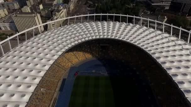 Fotoaparát letět nad fotbalový stadion a letecké panoramatické video města Kyjev