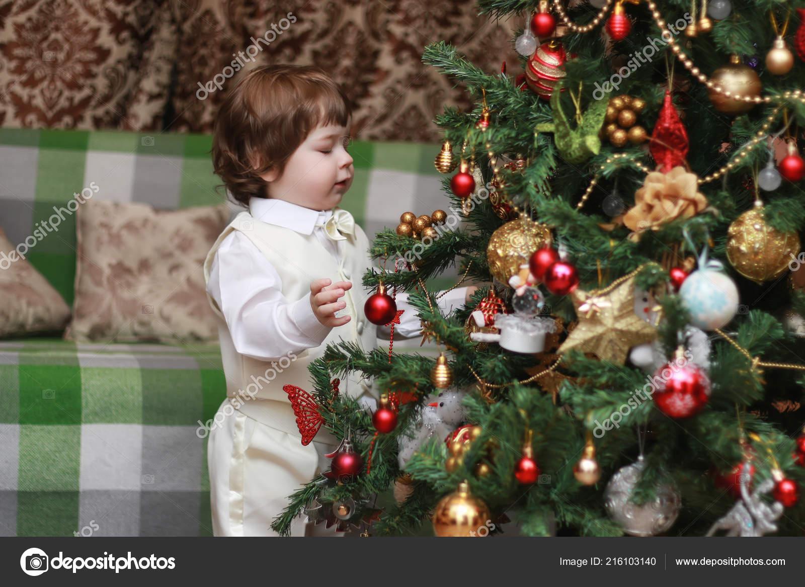 Картинки по запросу нарядить елку с маленьким ребенком картинка
