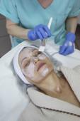 Portrét ženy středního věku s léčbou na klinice krásy