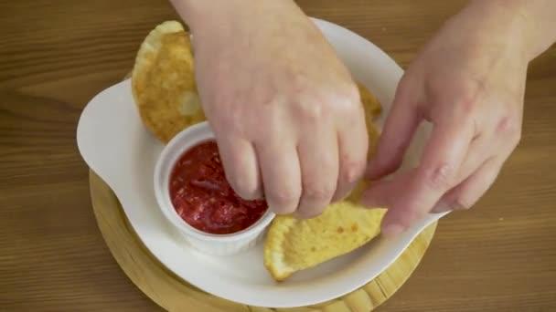 Kuchař dá talíř na talíř