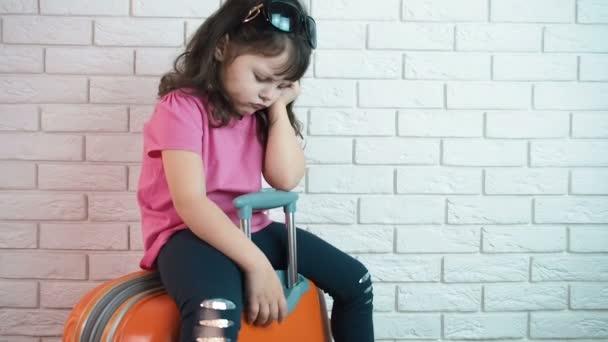 Bambino triste durante il viaggio.
