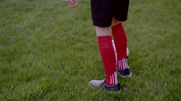 Chiuda sul colpo di ragazzini e suo nonno giocare a calcio